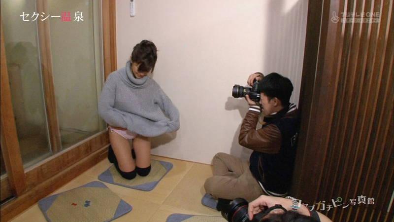 【安枝瞳キャプ画像】巨乳を強調するビキニ姿で温泉入浴に関するグラビア撮影www 26