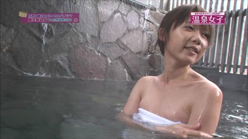 【温泉キャプ画像】タオルの縛りが緩いままレポートする女の子にドキドキwww