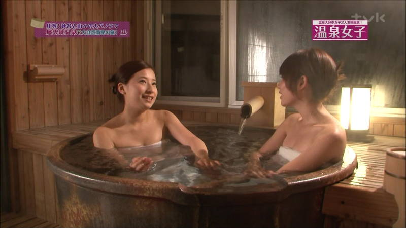 【温泉キャプ画像】タオルの縛りが緩いままレポートする女の子にドキドキwww 06