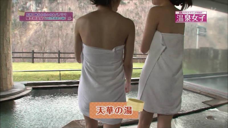【温泉キャプ画像】タオルの縛りが緩いままレポートする女の子にドキドキwww 11