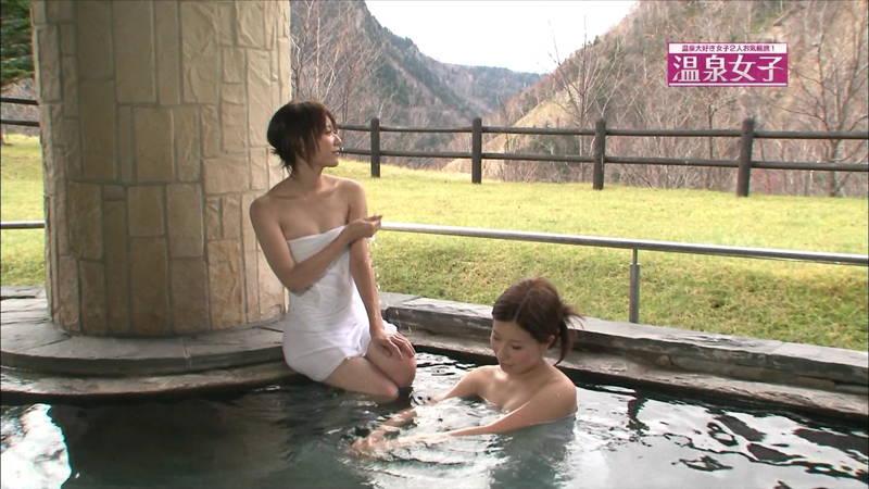 【温泉キャプ画像】タオルの縛りが緩いままレポートする女の子にドキドキwww 12