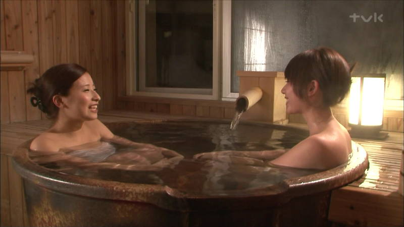 【温泉キャプ画像】タオルの縛りが緩いままレポートする女の子にドキドキwww 21