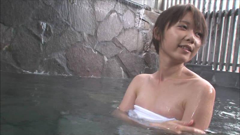 【温泉キャプ画像】タオルの縛りが緩いままレポートする女の子にドキドキwww 24