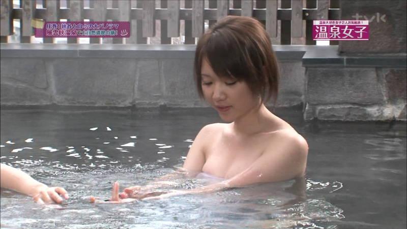 【温泉キャプ画像】タオルの縛りが緩いままレポートする女の子にドキドキwww 28