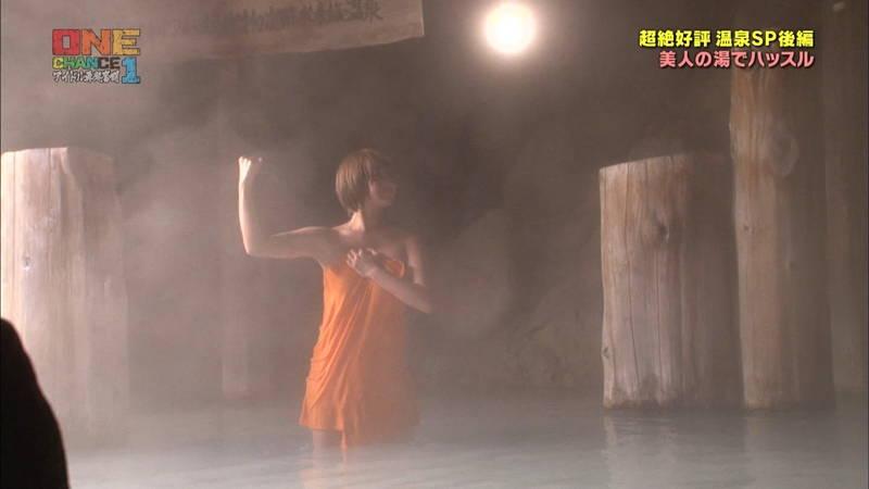【温泉キャプ画像】タオル一枚なのを忘れて温泉を楽しむアイドルたちwww 16