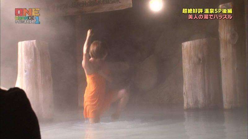 【温泉キャプ画像】タオル一枚なのを忘れて温泉を楽しむアイドルたちwww 17