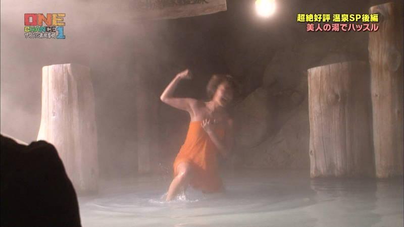 【温泉キャプ画像】タオル一枚なのを忘れて温泉を楽しむアイドルたちwww 18