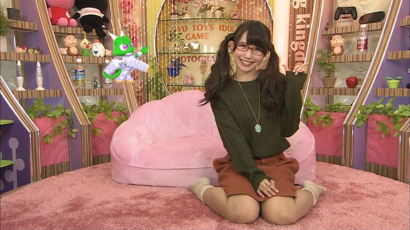 【パンチラキャプ画像】女の子座りでモロに見えてしまっているメガネ美少女www