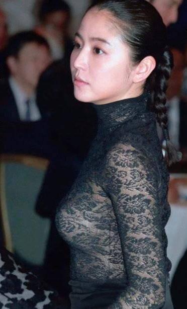【乳首キャプ画像】乳首を探してしまうほどバッチリおっぱい見えちゃったタレントたちwww 07