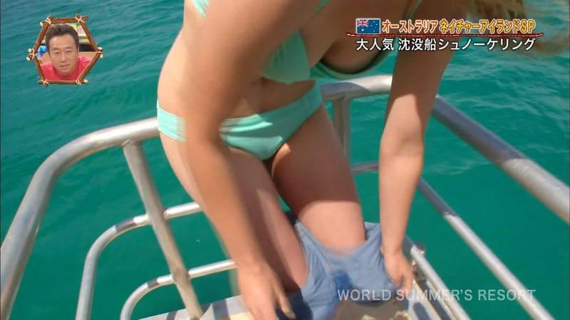 【海外キャプ画像】外国人がクルーザーで脱いだら乳首見え寸前のギリセーフな映像にwww