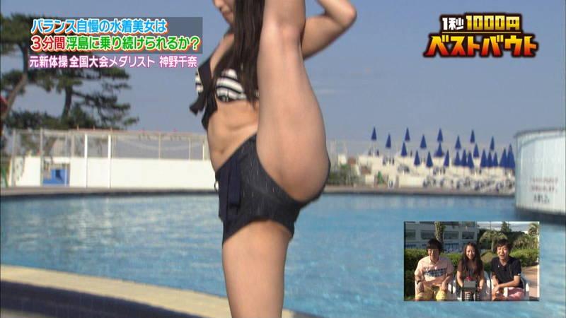 【水着キャプ画像】ビキニホットパンツのギャルが水上でバランス対決!