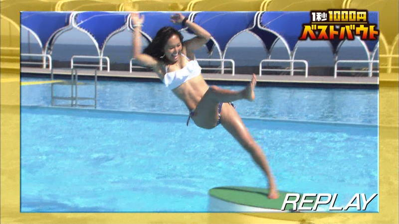 【水着キャプ画像】ビキニホットパンツのギャルが水上でバランス対決! 04