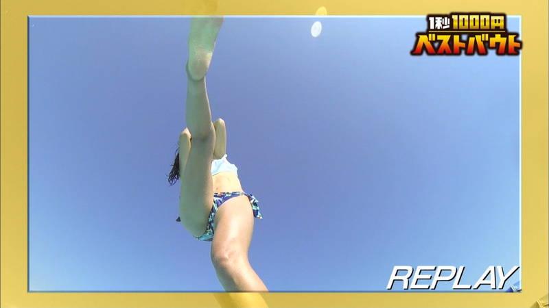 【水着キャプ画像】ビキニホットパンツのギャルが水上でバランス対決! 05