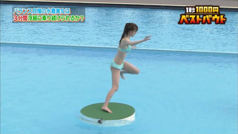【水着キャプ画像】ビキニホットパンツのギャルが水上でバランス対決! 07
