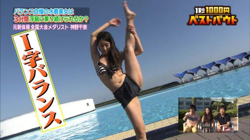 【水着キャプ画像】ビキニホットパンツのギャルが水上でバランス対決! 08