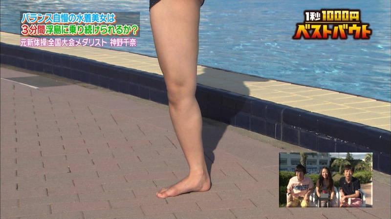【水着キャプ画像】ビキニホットパンツのギャルが水上でバランス対決! 09