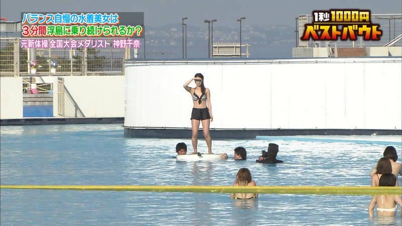 【水着キャプ画像】ビキニホットパンツのギャルが水上でバランス対決! 13