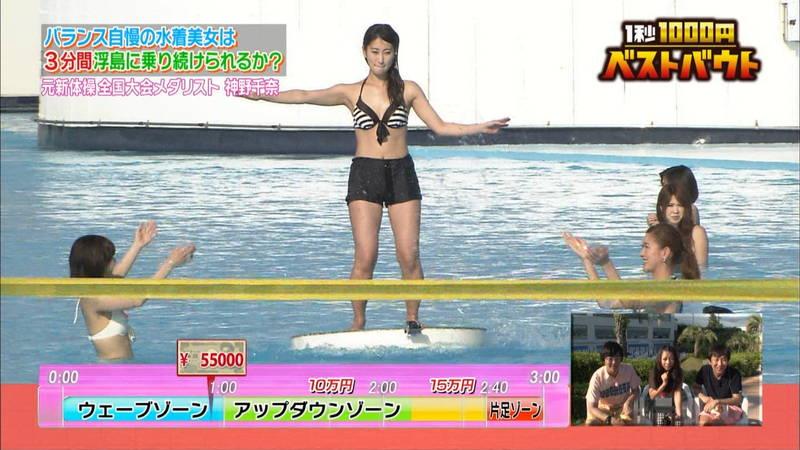 【水着キャプ画像】ビキニホットパンツのギャルが水上でバランス対決! 15