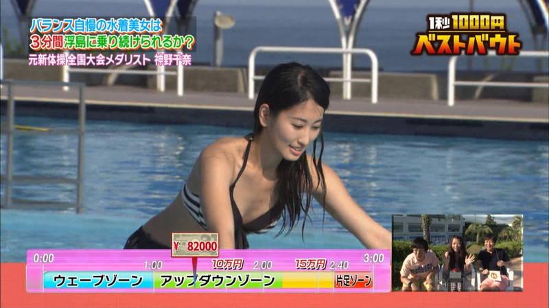 【水着キャプ画像】ビキニホットパンツのギャルが水上でバランス対決! 16