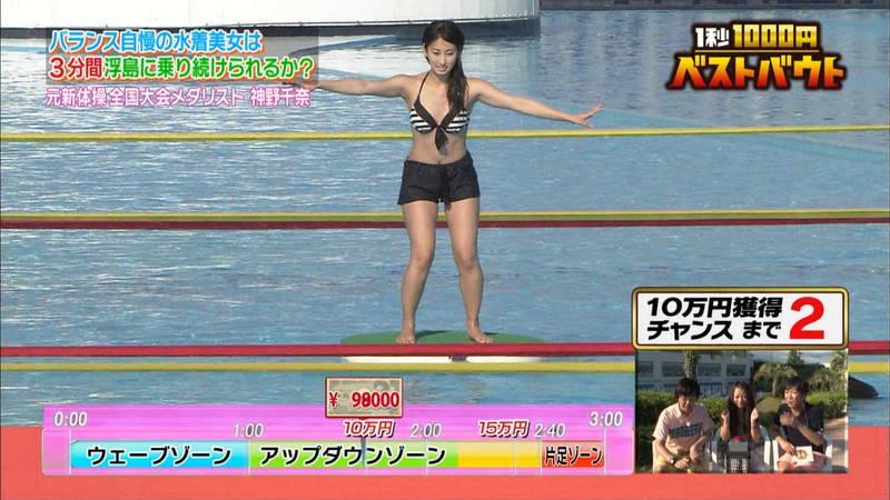 【水着キャプ画像】ビキニホットパンツのギャルが水上でバランス対決! 18