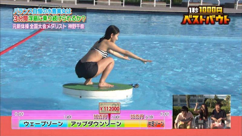 【水着キャプ画像】ビキニホットパンツのギャルが水上でバランス対決! 19