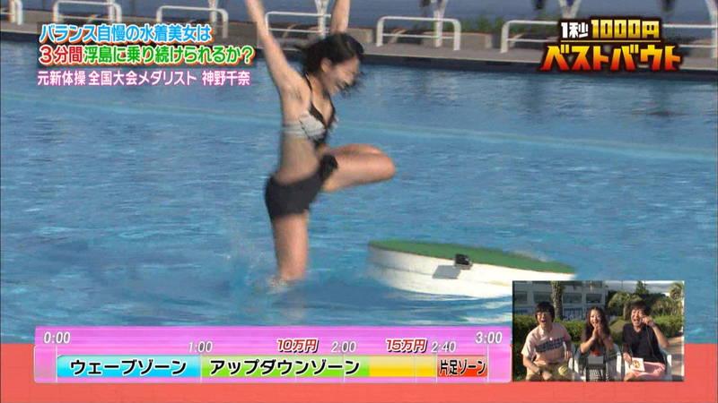【水着キャプ画像】ビキニホットパンツのギャルが水上でバランス対決! 21