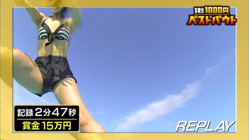 【水着キャプ画像】ビキニホットパンツのギャルが水上でバランス対決! 24