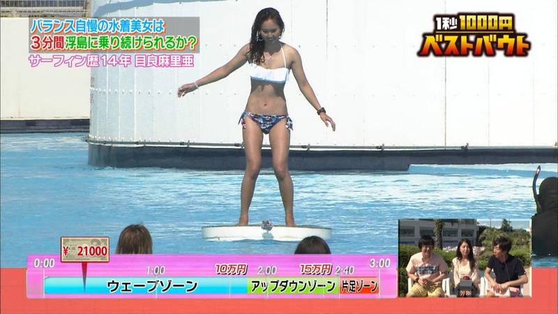 【水着キャプ画像】ビキニホットパンツのギャルが水上でバランス対決! 26