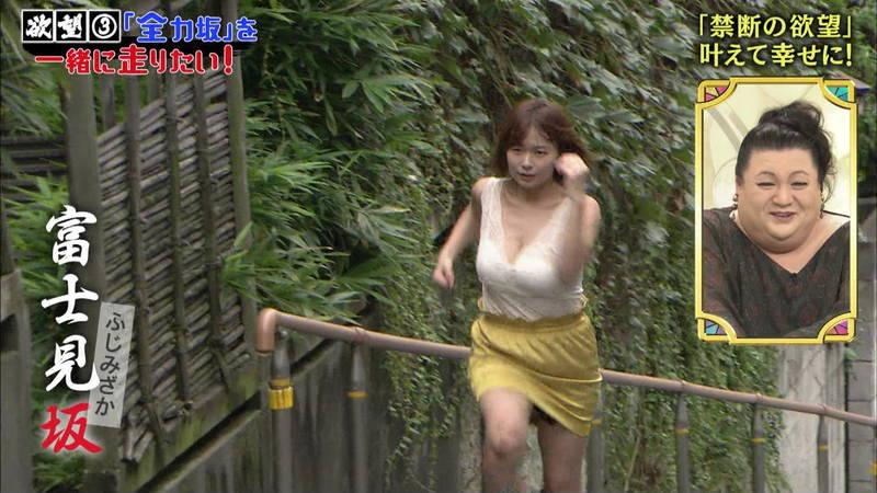 【和地つかさキャプ画像】和地つかさが谷間丸見えの服で坂道を全力ダッシュwww