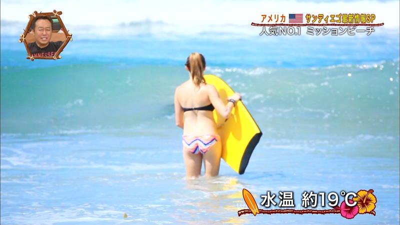 【外国人キャプ画像】ビキニレポーターがいちいちエロい海外からのレポートwww 15