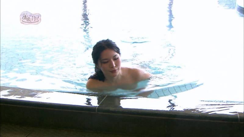 【美尻キャプ画像】例の全裸で入浴する番組でムッチリ美尻を大胆披露する美女www 03