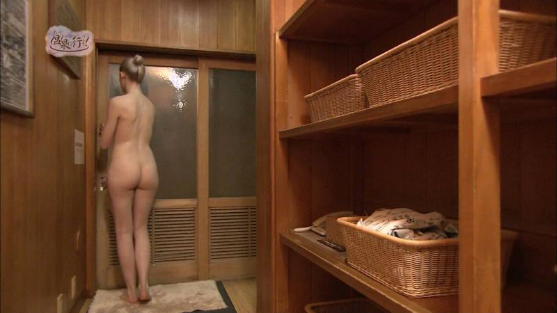 【温泉キャプ画像】例の温泉番組で外国人の美尻丸出し入浴という不意打ちwww 04
