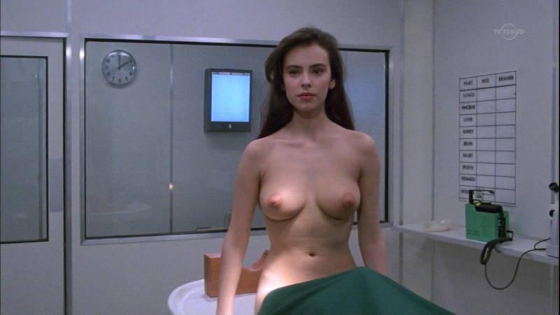 【映画キャプ画像】全裸で目覚めておっぱい見せつけつつ襲いかかるスペースバンパイアのキャプwww
