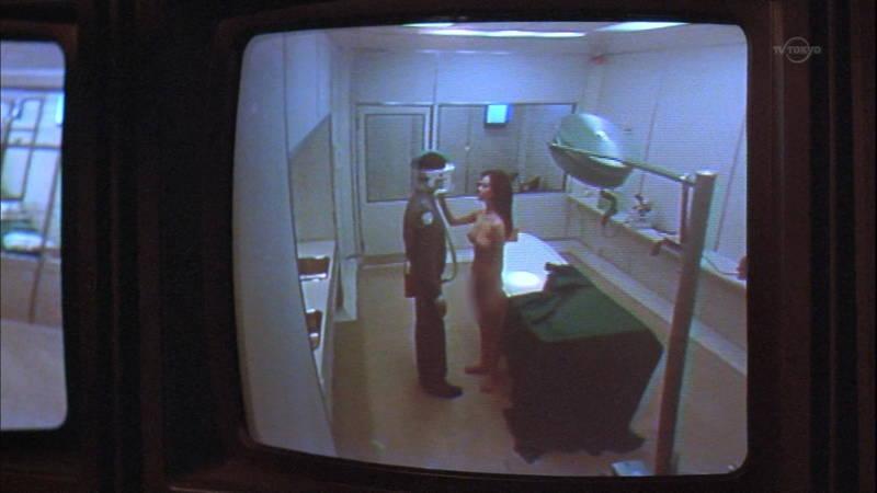 【映画キャプ画像】全裸で目覚めておっぱい見せつけつつ襲いかかるスペースバンパイアのキャプwww 03