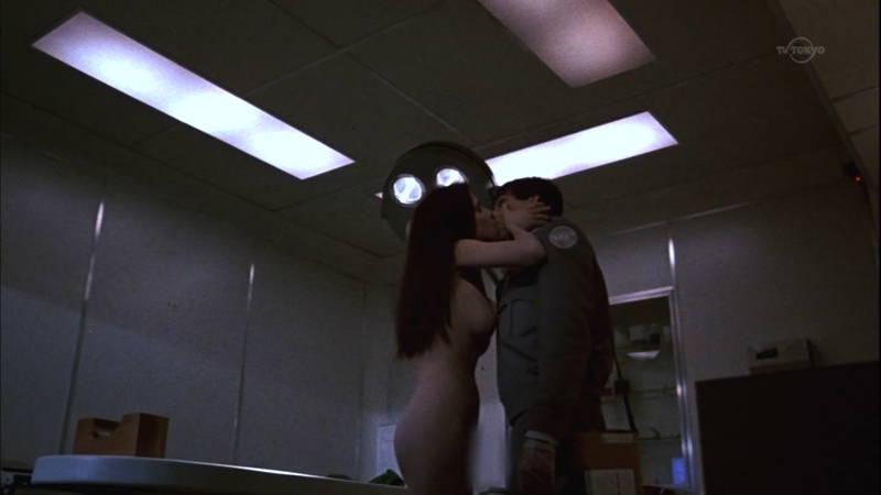 【映画キャプ画像】全裸で目覚めておっぱい見せつけつつ襲いかかるスペースバンパイアのキャプwww 05
