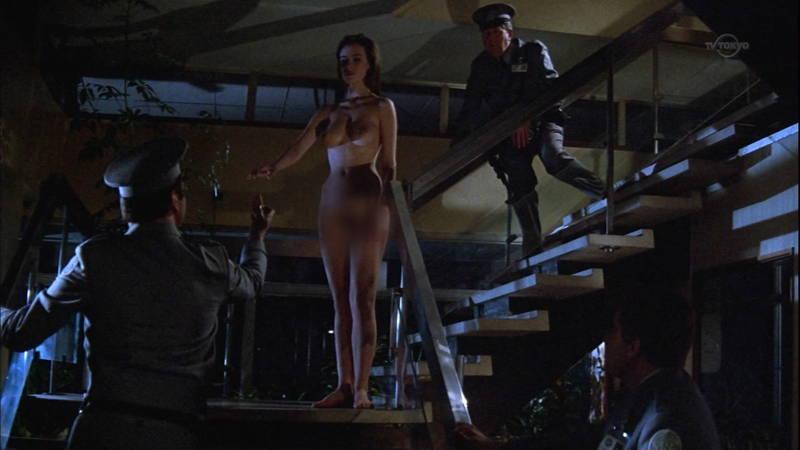 【映画キャプ画像】全裸で目覚めておっぱい見せつけつつ襲いかかるスペースバンパイアのキャプwww 06