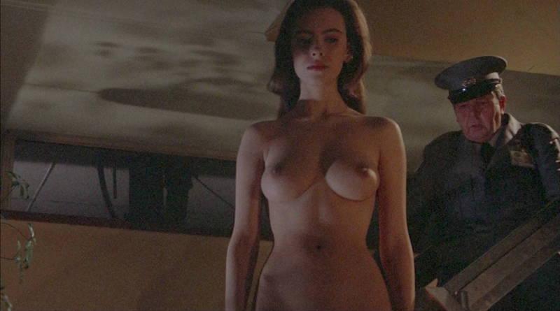 【映画キャプ画像】全裸で目覚めておっぱい見せつけつつ襲いかかるスペースバンパイアのキャプwww 08