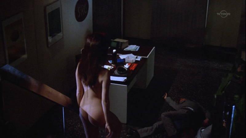 【映画キャプ画像】全裸で目覚めておっぱい見せつけつつ襲いかかるスペースバンパイアのキャプwww 09