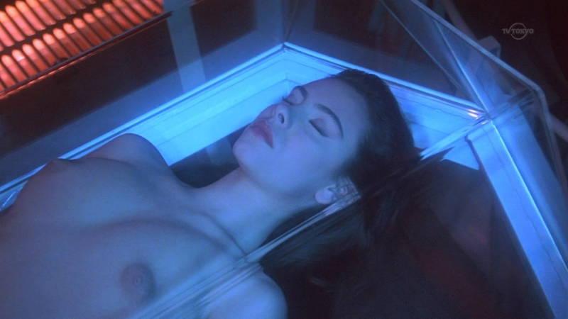 【映画キャプ画像】全裸で目覚めておっぱい見せつけつつ襲いかかるスペースバンパイアのキャプwww 14