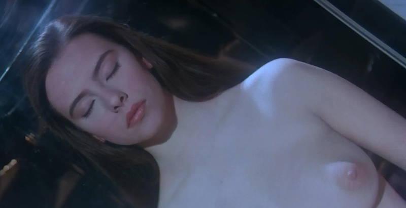 【映画キャプ画像】全裸で目覚めておっぱい見せつけつつ襲いかかるスペースバンパイアのキャプwww 18
