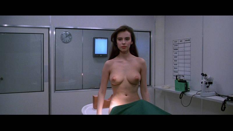 【映画キャプ画像】全裸で目覚めておっぱい見せつけつつ襲いかかるスペースバンパイアのキャプwww 19