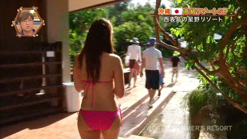 【素人キャプ画像】沖縄の海を布面積少ないビキニでレポートしてくれる素人娘www