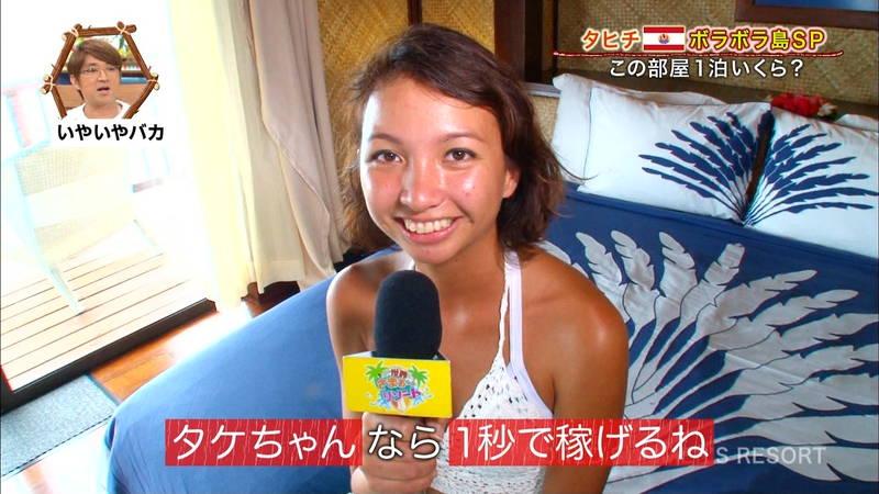 【外国人キャプ画像】ケーキ屋で働いている海外からのレポート員のムチムチビキニ姿がエロいwww 08