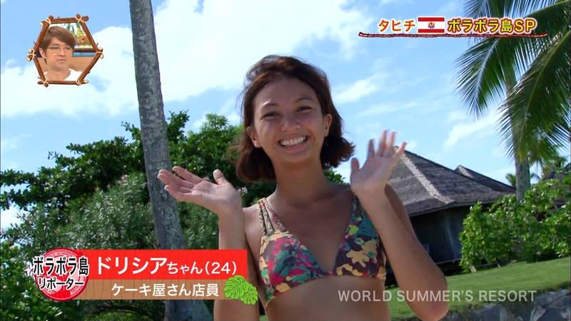 【外国人キャプ画像】ケーキ屋で働いている海外からのレポート員のムチムチビキニ姿がエロいwww 12