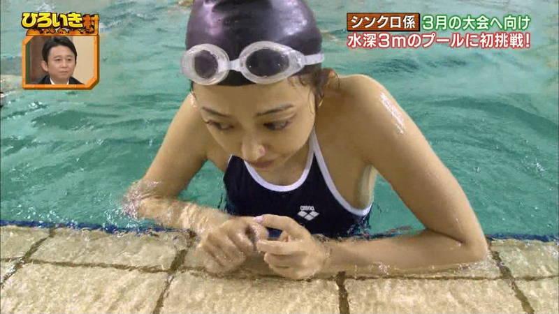 【菊池亜美キャプ画像】スク水とも言える紺色の競泳水着姿の菊池亜美があざといwww 18