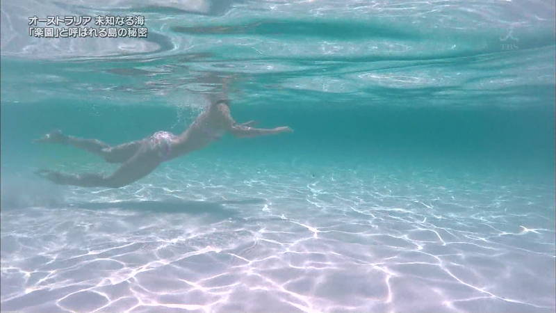 【鈴嶺杏奈キャプ画像】鈴嶺杏奈が谷間も美尻も晒しているのに海が美しすぎて...w 15