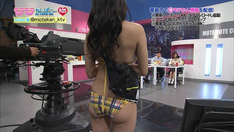 【高崎聖子キャプ画像】エロ水着でADをする高崎聖子が気になって番組内容がどうでもよくなるwww 25