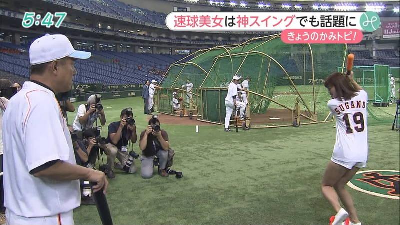 【稲森亜美キャプ画像】始球式のために真剣に練習している稲森亜美の健康的なエロさwww 18
