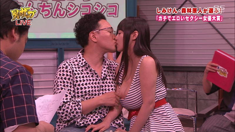 AV女優がテレビでキスしちゃう画像