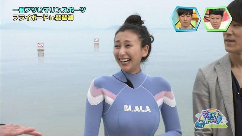 巨乳が目立つウェットスーツでアピールする浅田舞